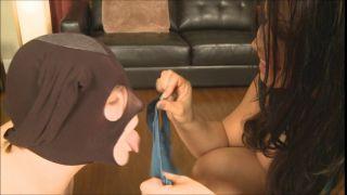 Девушка засовывает свои трусы в рот мужчине