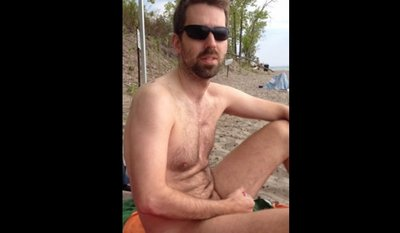 Порно парень дрочит на пляже наблюдая за телкой певцов